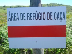 placa de sinalizacao de area de refugio de caca